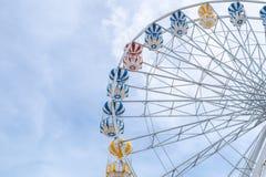 Ρόδα Ferris, χαμηλή άποψη γωνίας μιας μεγάλης ρόδας Ferris - εικόνα στοκ εικόνες