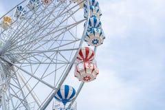 Ρόδα Ferris, χαμηλή άποψη γωνίας μιας μεγάλης ρόδας Ferris - εικόνα στοκ φωτογραφία
