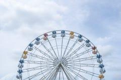 Ρόδα Ferris, χαμηλή άποψη γωνίας μιας μεγάλης ρόδας Ferris - εικόνα στοκ φωτογραφία με δικαίωμα ελεύθερης χρήσης