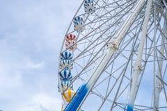 Ρόδα Ferris, χαμηλή άποψη γωνίας μιας μεγάλης ρόδας Ferris - εικόνα στοκ εικόνα με δικαίωμα ελεύθερης χρήσης