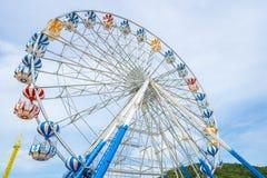 Ρόδα Ferris, χαμηλή άποψη γωνίας μιας μεγάλης ρόδας Ferris - εικόνα στοκ εικόνα