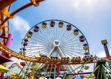 Ρόδα Santa Monica Pier και rollercoast στο λούνα παρκ, στις 12 Αυγούστου 2017 - Σάντα Μόνικα, Λος Άντζελες, Λα, Καλιφόρνια, Γ Στοκ Εικόνες