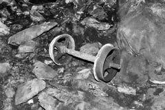 Ρόδες από ένα κάρρο μεταλλείας σε ένα εγκαταλειμμένο ορυχείο τσιμέντου στοκ φωτογραφία με δικαίωμα ελεύθερης χρήσης