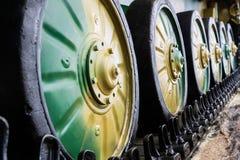 Ρόδες στη σειρά καμπιών του στρατιωτικού χρώματος κάλυψης εξοπλισμού στοκ εικόνα