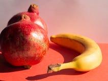 Ρόδια και μπανάνα Στοκ φωτογραφία με δικαίωμα ελεύθερης χρήσης