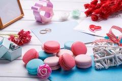Ρόδινα διαμορφωμένα καρδιά macaroons και γαμήλια δαχτυλίδια με την κάρτα, πλαίσιο φωτογραφιών Στοκ εικόνα με δικαίωμα ελεύθερης χρήσης