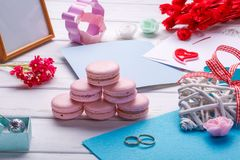 Ρόδινα διαμορφωμένα καρδιά macaroons και γαμήλια δαχτυλίδια με την κάρτα Θέση για την επιγραφή Στοκ Φωτογραφία