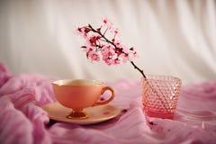 Ρόδινα εκλεκτής ποιότητας άνθη φλυτζανιών και κερασιών καφέ στοκ εικόνα με δικαίωμα ελεύθερης χρήσης
