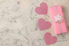 Ρόδινα καρδιές και δώρο σε ένα ελαφρύ συγκεκριμένο υπόβαθρο βαλεντίνος ημέρας s Τοπ άποψη με το διάστημα για το κείμενο στοκ εικόνες