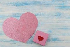 Ρόδινα λαμπρά καρδιά και δώρο σε ένα μπλε ξύλινο υπόβαθρο επάνω από την όψη τοποθετήστε το κείμενο βαλεντίνος ημέρας s στοκ φωτογραφίες