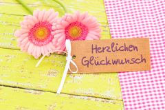 Ρόδινα λουλούδια και γερμανικό κείμενο ευχετήριων καρτών, Herzlichen Glueckwunsch, συγχαρητήρια μέσων για το γάμο ή την ημέρα βαλ στοκ φωτογραφίες με δικαίωμα ελεύθερης χρήσης