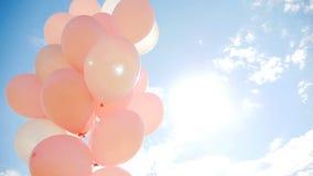 Ρόδινα μπαλόνια σε μια δέσμη απόθεμα βίντεο