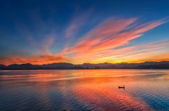 Ρόδινα σύννεφα πρωινού που απεικονίζονται στο νερό Στοκ Εικόνες