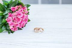 ρόδινα τριαντάφυλλα ανθο& τρισδιάστατος παραγμένος γάμος δαχτυλιδιών εικόνας Υπόβαθρο διάστημα αντιγράφων _ Στοκ Εικόνες