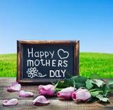 Ρόδινα τριαντάφυλλα και συγχαρητήρια την ημέρα της μητέρας στοκ εικόνα με δικαίωμα ελεύθερης χρήσης