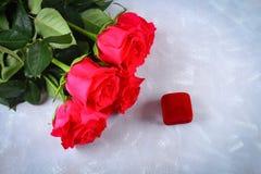 Ρόδινα τριαντάφυλλα με ένα κιβώτιο με ένα δαχτυλίδι στον πίνακα Προτάσεις έννοιας, γάμοι, ημέρα του βαλεντίνου Στοκ Φωτογραφία