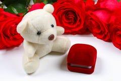Ρόδινα τριαντάφυλλα με ένα κιβώτιο με ένα δαχτυλίδι στον πίνακα Προτάσεις έννοιας, γάμοι, ημέρα του βαλεντίνου Στοκ φωτογραφία με δικαίωμα ελεύθερης χρήσης