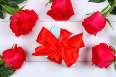 Ρόδινα τριαντάφυλλα με ένα κιβώτιο δώρων που δένεται με ένα τόξο Πρότυπο για την 8η Μαρτίου, ημέρα της μητέρας, ημέρα του βαλεντί Στοκ Εικόνες