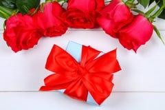 Ρόδινα τριαντάφυλλα με ένα κιβώτιο δώρων που δένεται με ένα τόξο Πρότυπο για την 8η Μαρτίου, ημέρα της μητέρας, ημέρα του βαλεντί Στοκ Φωτογραφία