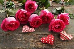 Ρόδινα τριαντάφυλλα με τις καρδιές Στοκ Φωτογραφία