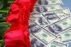 Ρόδινα τριαντάφυλλα με τους λογαριασμούς δολαρίων αντί ενός δώρου Πρότυπο για την 8η Μαρτίου, ημέρα της μητέρας, ημέρα του βαλεντ Στοκ φωτογραφίες με δικαίωμα ελεύθερης χρήσης