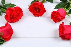 Ρόδινα τριαντάφυλλα σε έναν άσπρο ξύλινο πίνακα Διάστημα αντιγράφων για το κείμενο Πρότυπο για την 8η Μαρτίου, ημέρα της μητέρας, Στοκ φωτογραφία με δικαίωμα ελεύθερης χρήσης
