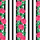 Ρόδινα τριαντάφυλλα σε ένα ριγωτό γραπτό υπόβαθρο στοκ εικόνες