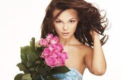 ρόδινα τριαντάφυλλα brunette Στοκ φωτογραφία με δικαίωμα ελεύθερης χρήσης