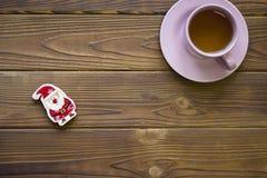 Ρόδινα φλυτζάνι τσαγιού και santa παιχνιδιών Στοκ Εικόνες