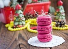 Ρόδινα macaroons με τις διακοσμήσεις Χριστουγέννων επάνω το υπόβαθρο Στοκ φωτογραφία με δικαίωμα ελεύθερης χρήσης