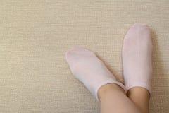 Ρόδινες κάλτσες βαμβακιού στα πόδια της όμορφης γυναίκας στοκ φωτογραφία με δικαίωμα ελεύθερης χρήσης