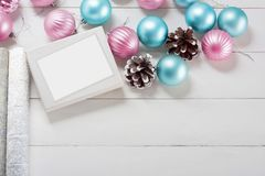 Ρόδινες και μπλε σφαίρες Χριστουγέννων με το κιβώτιο δώρων και το τυλίγοντας έγγραφο Στοκ Εικόνες