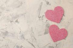Ρόδινες καρδιές σε ένα ελαφρύ συγκεκριμένο υπόβαθρο βαλεντίνος ημέρας s Τοπ άποψη με το διάστημα για το κείμενο στοκ εικόνα με δικαίωμα ελεύθερης χρήσης