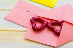 Ρόδινες καρδιές φακέλων Στοκ εικόνα με δικαίωμα ελεύθερης χρήσης