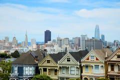 Ρόδινες κυρίες στο Σαν Φρανσίσκο με το στο κέντρο της πόλης sf στοκ φωτογραφία