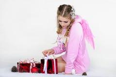 ρόδινες νεολαίες φτερών σακακιών κοριτσιών Στοκ Φωτογραφία