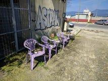 Ρόδινες πλαστικές καρέκλες δίπλα στην οδό Στοκ φωτογραφία με δικαίωμα ελεύθερης χρήσης