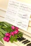 Ρόδινες τουλίπες και σημειώσεις ρόδινες τουλίπες Στοκ Εικόνες