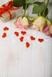 Ρόδινες τριαντάφυλλα, δώρο και καρδιές Στοκ Φωτογραφίες