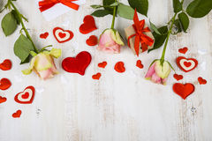 Ρόδινες τριαντάφυλλα, δώρο και καρδιές Στοκ φωτογραφίες με δικαίωμα ελεύθερης χρήσης