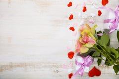 Ρόδινες τριαντάφυλλα, δώρο και καρδιές Στοκ εικόνα με δικαίωμα ελεύθερης χρήσης