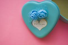 Ρόδινη ανασκόπηση Του ST ημέρα βαλεντίνων ` s τυρκουάζ Ένα κιβώτιο υπό μορφή καρδιάς του μπλε χρώματος Αγάπη Λουλούδια ρωμανικός  στοκ εικόνες