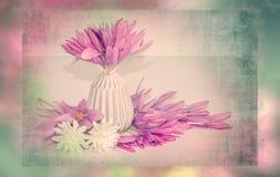 Ρόδινη ανθοδέσμη λουλουδιών στα χρώματα κρητιδογραφιών και το shabby κομψό ύφος, διακόσμηση Αναδρομική, ρομαντική σκηνή με τα λου Στοκ Φωτογραφίες