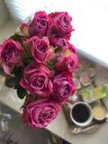 ρόδινη ανθοδέσμη των μικρών τριαντάφυλλων στον καφέ υποβάθρου Women& x27 ημέρα του s στοκ φωτογραφία με δικαίωμα ελεύθερης χρήσης