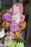 Ρόδινη ανθοδέσμη των anthuriums, τριαντάφυλλα, γαρίφαλα, Alstroemeria, στενός επάνω πρασινάδων Στοκ Εικόνες