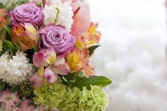 Ρόδινη ανθοδέσμη των anthuriums, τριαντάφυλλα, γαρίφαλα, Alstroemeria, στενός επάνω πρασινάδων Στοκ Φωτογραφίες