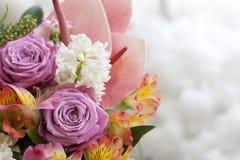 Ρόδινη ανθοδέσμη των anthuriums, τριαντάφυλλα, γαρίφαλα, Alstroemeria, στενός επάνω πρασινάδων Στοκ φωτογραφίες με δικαίωμα ελεύθερης χρήσης