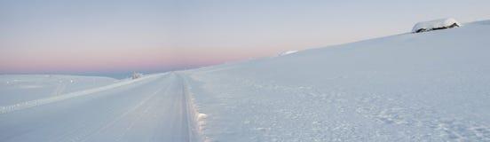 Ρόδινη αυγή στο tundra παντού άσπρο χιόνι κανένα δρόμος στοκ φωτογραφία με δικαίωμα ελεύθερης χρήσης