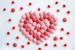 Ρόδινη και κόκκινη καρδιά ημέρας βαλεντίνων ` s φιαγμένη από σοκολάτα και καραμέλες στοκ φωτογραφία