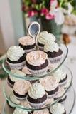 Ρόδινη και πράσινη κρέμα cupcake στον πίνακα μπουφέδων του εστιατορίου στοκ φωτογραφία με δικαίωμα ελεύθερης χρήσης